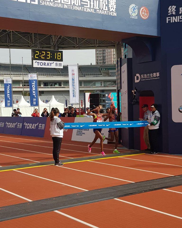 shangai-marathon-2019-traguardo-femminile-rosa-associati